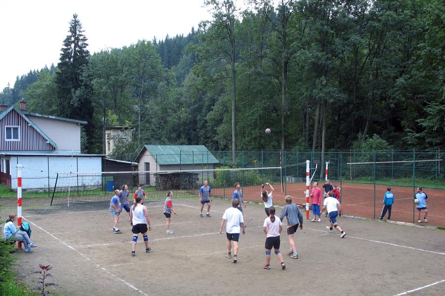 Tenisový kurt, fotbalové a volejbalové hřiště.